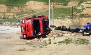 Karaman da Meyve Yüklü Kamyon Devrildi: 1 Yaralı
