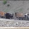 PKK lılar Askeri Birliği Kum Taşıyan 2 Kamyonu Yaktı