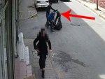 Sokak ortasında döner bıçaklı gasp güvenlik kamerasında