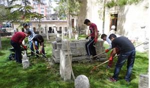 Tarihi Mezarlığı Gönüllü Olarak Temizliyorlar
