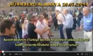 Bir Türk tek basina israilli göstericilere karsi.. CESARET BUDUR