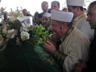 İzmir'de bir cami imamı oğlunun cenaze namazını kıldırdı